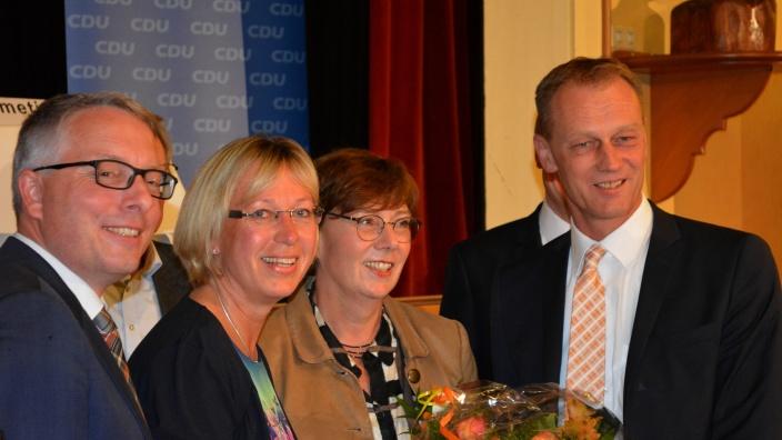 Glückwunsch an Petra Nicolaisen der Kreisvorsitzenden von Flensburg und Schleswig-Flensburg, Arne Rüstemeier (li) und Johannes Callsen, sowie von Justizministerin Sabine Sütterlin-Waack (2.v.r.)