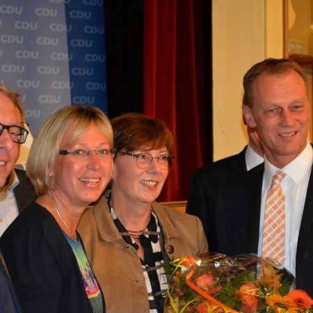 Arne Rüstemeier (l.) und Johannes Callsen gratulieren Petra Nicolaisen